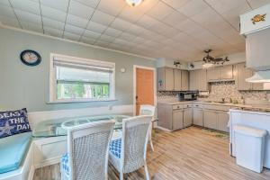 A kitchen or kitchenette at Charming Homosassa House with Kayaks and Canal!