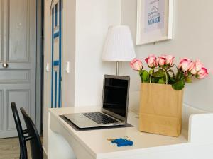 A kitchen or kitchenette at Apartments Monaco