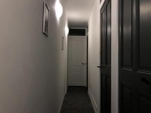 Télévision ou salle de divertissement dans l'établissement Chambres individuelles avec partie commune ou logement entier si disponible Via Rhôna