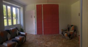 Coin salon dans l'établissement Chambres individuelles avec partie commune ou logement entier si disponible Via Rhôna