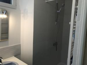 Salle de bains dans l'établissement Chambres individuelles avec partie commune ou logement entier si disponible Via Rhôna