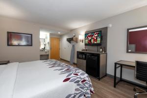 A television and/or entertainment centre at Red Roof Inn Clifton Park