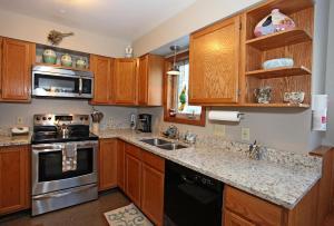 A kitchen or kitchenette at River Park 1242