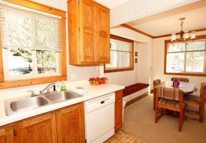 A kitchen or kitchenette at River Park 1252