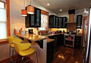 A kitchen or kitchenette at Dawson House