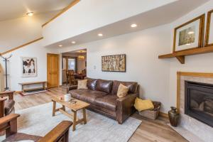 A seating area at Grandview Condo 1490