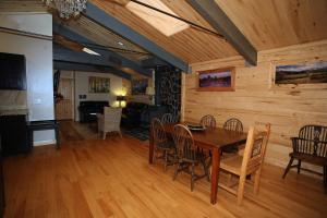 A restaurant or other place to eat at Lotus Mountain Suites - The Gallery