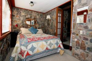 A bed or beds in a room at Mission Rock Cottage