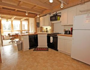 A kitchen or kitchenette at Parkview - Unit B-2