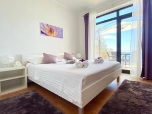 A bed or beds in a room at Apartments La Perla