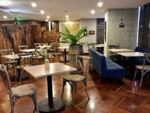 A restaurant or other place to eat at Diez Hotel Categoría Colombia
