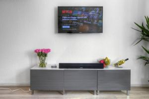 """A television and/or entertainment centre at Apartment """"Am Sternbuschweg"""""""