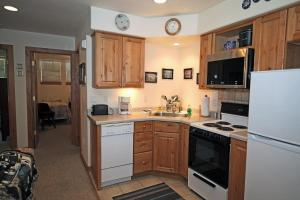 A kitchen or kitchenette at Alpenglow Unit #3