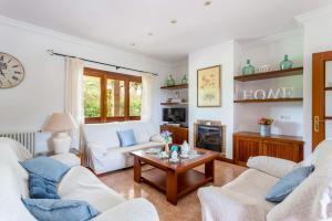 A seating area at Villa Son Tretze by Villa Plus