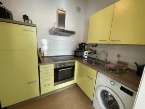 A kitchen or kitchenette at LE-Citywohnung-II