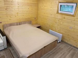 Кровать или кровати в номере Туристический комплекс «Таёжник»