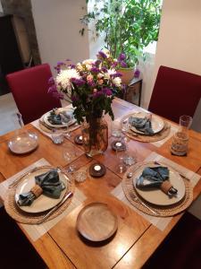 Restaurant ou autre lieu de restauration dans l'établissement L'EMBELLIE