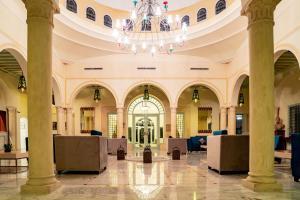 De lobby of receptie bij Vincci Flora Park