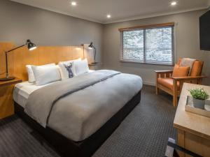 A bed or beds in a room at Buffalo Mountain Lodge