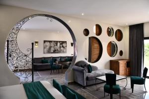 A seating area at Oscar Hotel by Atlas Studios