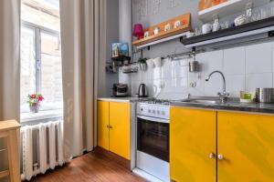Кухня или мини-кухня в Apartment on Moyka 28