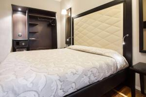 A bed or beds in a room at Hotel Lombardia