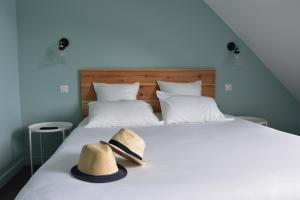 A bed or beds in a room at Hôtel Domaine du Lac Chambon