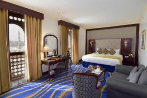 سرير أو أسرّة في غرفة في فندق دار التقوى