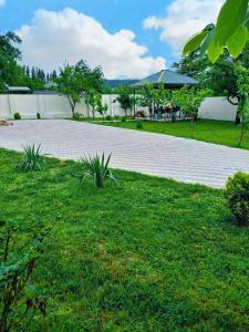 Um jardim em Gabala Luxury Villa
