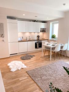 A kitchen or kitchenette at Cozy modern 2BR apartment near city centre with balcony