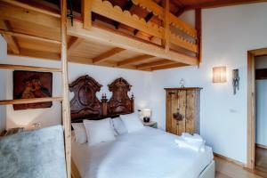 A bed or beds in a room at Charming Mountain Penthouse