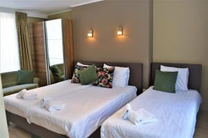 A bed or beds in a room at Hotel Mezonvin