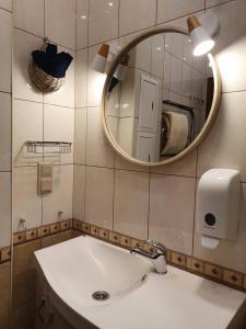 A bathroom at Семейная квартира с 2-мя спальнями у метро Парк Победы