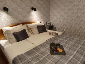 A bed or beds in a room at Семейная квартира с 2-мя спальнями у метро Парк Победы