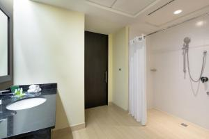 A bathroom at Holiday Inn Panama Distrito Financiero, an IHG Hotel