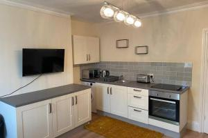 A kitchen or kitchenette at Excellent and very Modern Apartment with Private Parking
