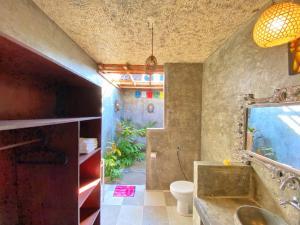 A bathroom at Baliwid Villa Ubud
