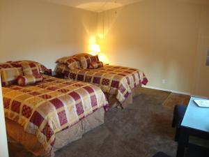 A bed or beds in a room at Helmcken Falls Lodge, Cabin, Chalet rooms and RV Park