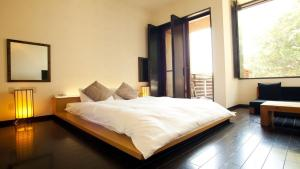 A bed or beds in a room at Hotel Allamanda