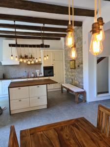 Kuhinja oz. manjša kuhinja v nastanitvi Vila Platana