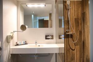A bathroom at Van der Valk Hotel Rotterdam - Blijdorp
