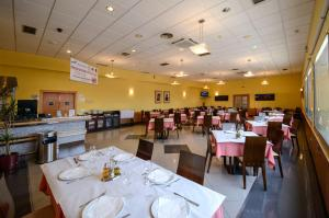 A restaurant or other place to eat at Hotel Castillo El Burgo