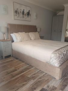 A bed or beds in a room at Oak Chalet Country Hideaway In Hitchin