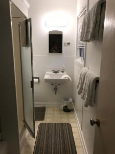 A bathroom at Holiday Lodge Cabins