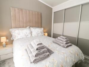 A bed or beds in a room at Dove Lodge