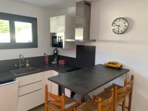 A kitchen or kitchenette at Appartement à Marignane