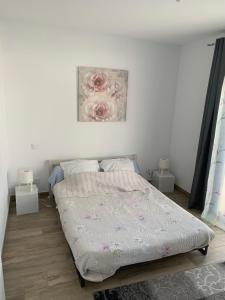 A bed or beds in a room at Appartement à Marignane