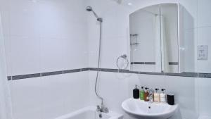 A bathroom at EMERALD SUITES LIMITED (ESL10SC)