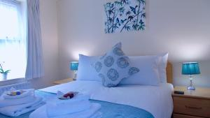 A bed or beds in a room at EMERALD SUITES LIMITED (ESL10SC)