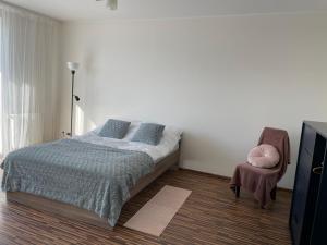 Łóżko lub łóżka w pokoju w obiekcie Komfortowe studio 52 m2 w centrum Grójca